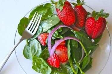 strawberry-spinach-salad-recipe-600x399